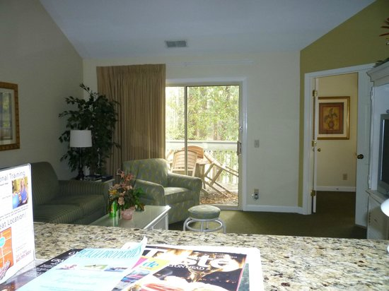 Carolina Club by Spinnaker Resorts: Living room showing balcony, taken from kitchen