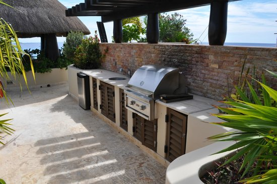 El Taj Oceanfront & Beachside Condos Hotel:                   Roof top terrace grill and refrigerator