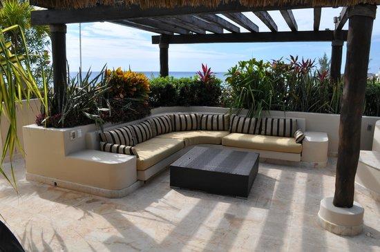 El Taj Oceanfront & Beachside Condos Hotel:                   Terrace lounge