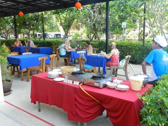Srisuksant Resort: Tavolini esterni ristorante