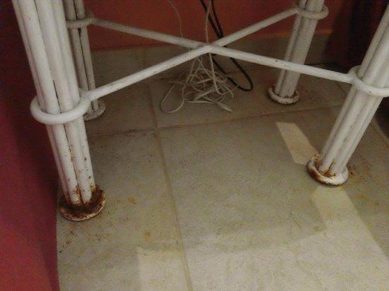 Iberostar Bahia: Detalle de la mesa de luz, con herrumbre y piso manchado
