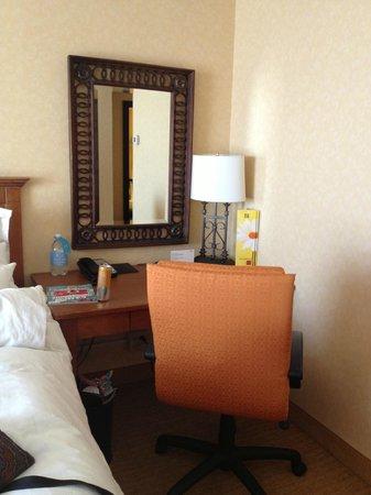 San Antonio Marriott Riverwalk: Desk right beside the Bed room 2401