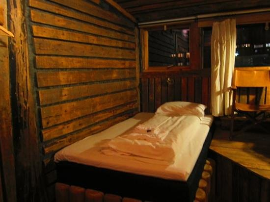 Basecamp Hotel: Large King Single (or small double) bed