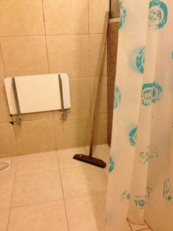 Atlantico Buzios Hotel:                   BANHEIRO SEM BLINDEX COM RODO!!!