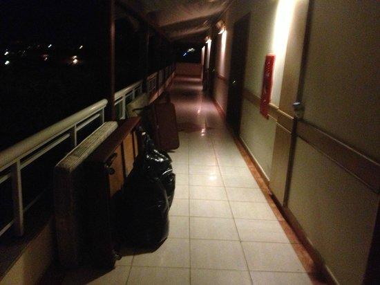 Atlantico Buzios Hotel:                   CORREDOR TODO BAGUNÇADO!!!