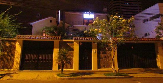 Travellers Inn: Vista nocturna del frente