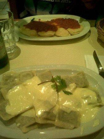 Montecatini Belgrano: Excelente las pastas ! (sorrentinos de jamón y muzzarella, y ravioles de verdura y carne a la cr