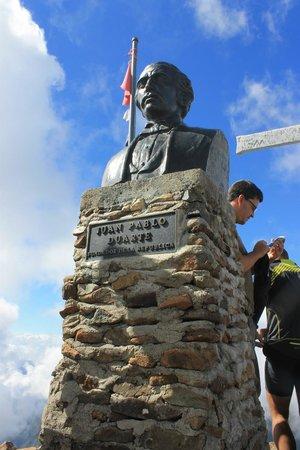 Pico Duarte: Juan Pablo Duarte statue.