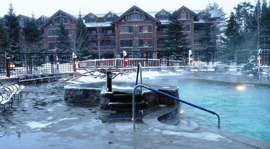The Whiteface Lodge: Piscine et 1 des 2 spas extérieur.