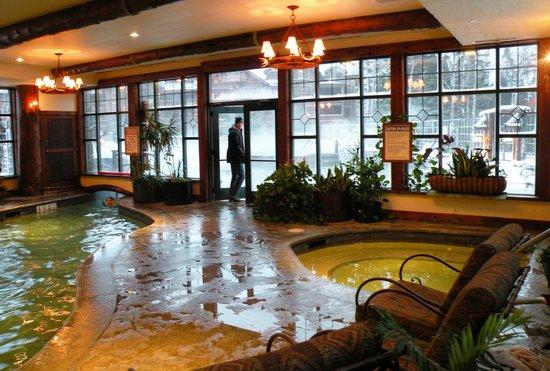 The Whiteface Lodge: La partie intérieur de la piscine avec 1 des spas.