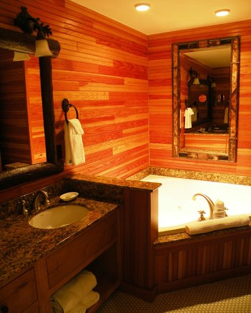 The Whiteface Lodge: Avec bain tourbillon et lavabos double.