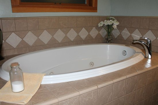 Arnold Black Bear Inn: Nice big tub with jets