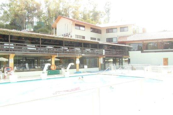 Termas El Corazon: vista de habitaciones especiales desde la piscina