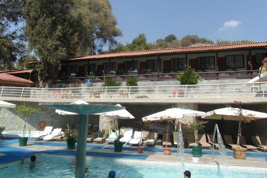 Termas El Corazon: Vista de habitaciones estandar desde la piscina