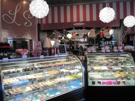 Luscious & Sweet Gourmet Bakery: The interior-display cases