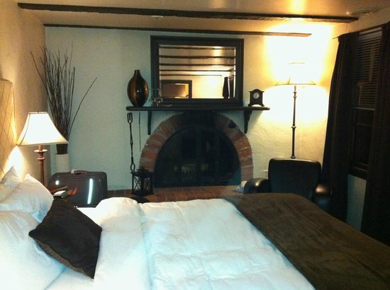 Auberge Sous l'Edredon:                   Diamond Room w/Fireplace