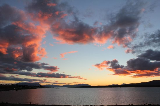 Weskar Patagonian Lodge: Vista de Puerto Natales y Seno Ultima Esperanza al atardecer desde Hotel Weskar
