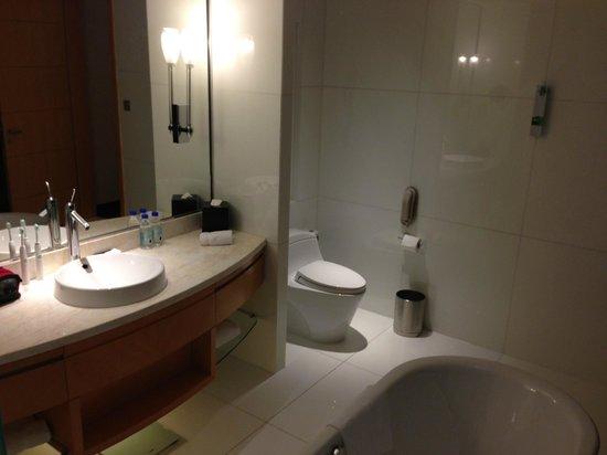 Renaissance Shanghai Putuo Hotel:                   bathroom
