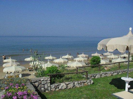 Sperlonga, Italie : vista della spiaggia in alta stagione