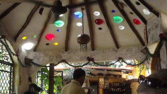 مايسون تولوم:                   beautiful ceiling of dining area                 