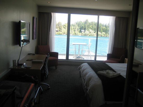 Crowne Plaza Queenstown:                   comfortable lake-view room