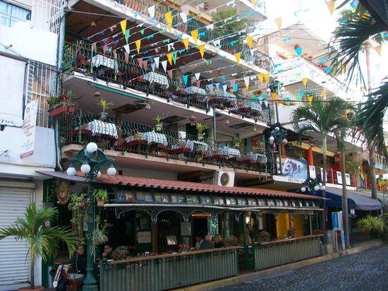 Olas Altas: cafe and bar along street