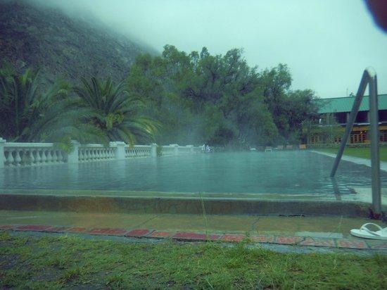 Hotel & Spa Termas Cacheuta: Piscina climatizada, en día de lluvia, con el vapor que se produce por la diferencia de temperat
