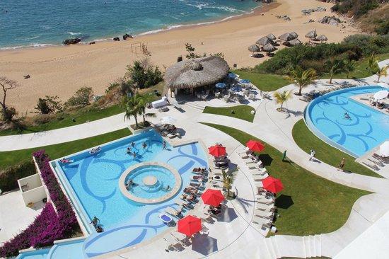 Secrets Huatulco Resort & Spa: Beach & Jacuzzy