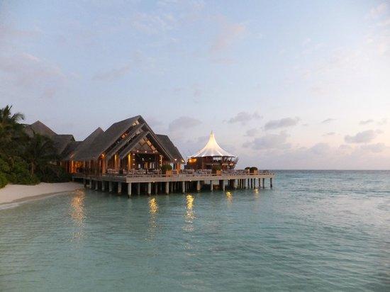 Baros Maldives: 手前がライムレストラン、奥がライトハウス