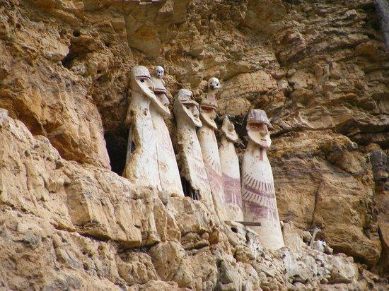 Sarcofagos de Karajia: Estos sarcófagos pertenecen a la cultura Chachapoya y miden 2 metros