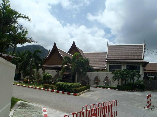 Deevana Patong Resort & Spa : Entrance to the hotel was undergoing some repairs
