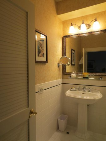 Claremont Club & Spa, A Fairmont Hotel: Bathroom