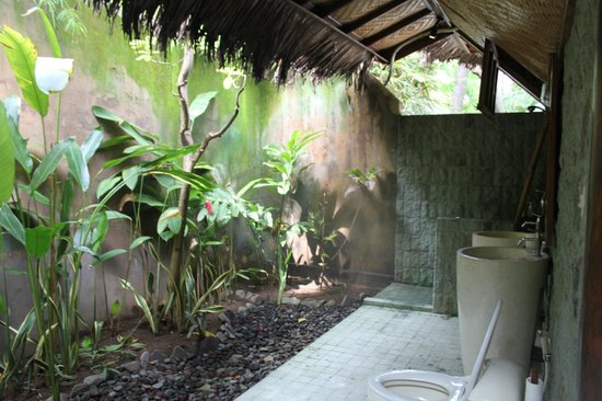 Villa Boreh Beach Resort and Spa Hotel:                   Beautiful outdoor bathrooms