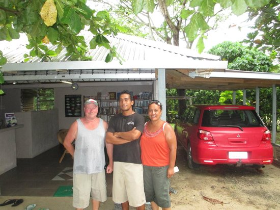 Savaii Lagoon Resort : Gary, June(bar staff), Liz leaving resort