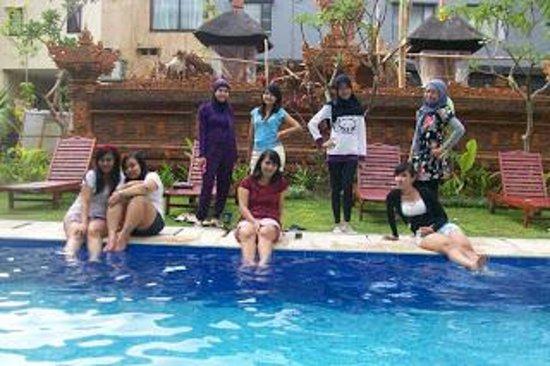 The Aroma's of Bali Hotel & Residence : suasana di pinggir kolam renang