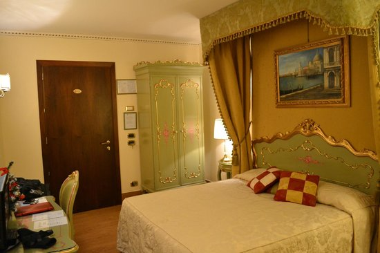 Hotel Al Ponte Mocenigo: Our ground floor room