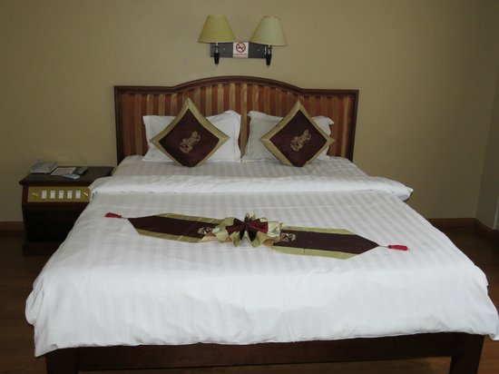 Lux Riverside Hotel & Apartments: Comfortable bed with new pillows