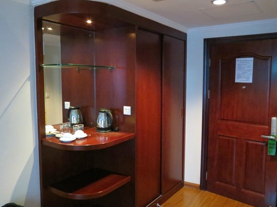 Lux Riverside Hotel & Apartments: Handy closet and coffee nook space