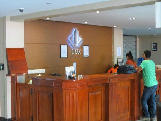 Lux Riverside Hotel & Apartments: Front Desk