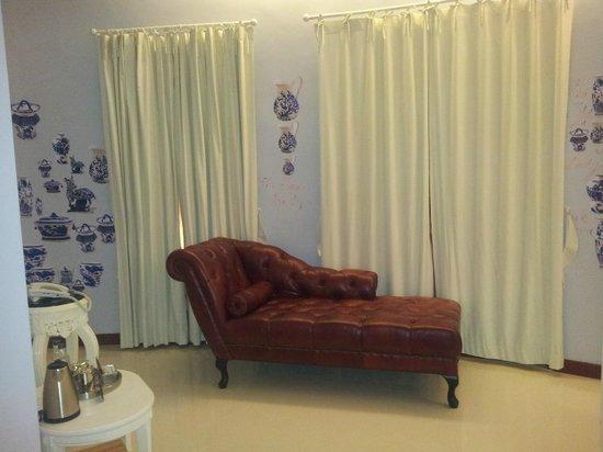 Pimnara Boutique Hotel:                   beautiful couch