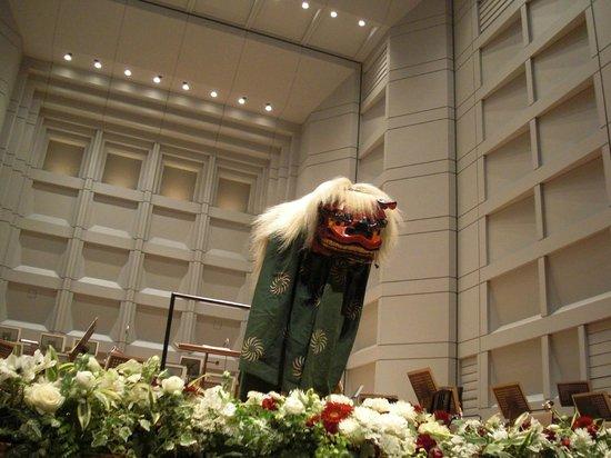 Bunkamura: 獅子舞ステージでペコリ