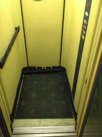 hotel novecento.... anche l'ascensore è del 900 ??