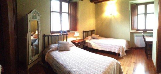 O Cabazo da curuxa: Habitación AR, única con dos camas. Al Este.