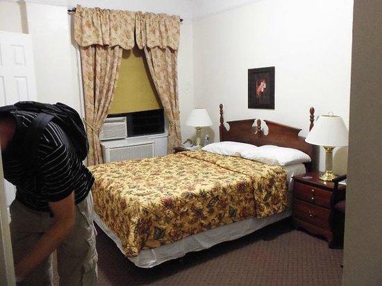 Habitación fea y muebles viejos - Picture of Imperial Court Hotel ...