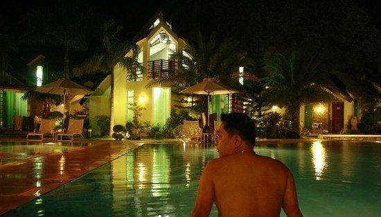Acuatico Beach Resort & Hotel: Quick swim before dinner 