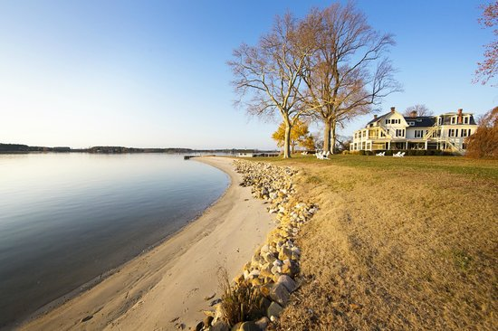 Sandaway Waterfront Lodging Suites and Beach: Sandaway's private beach in the Fall