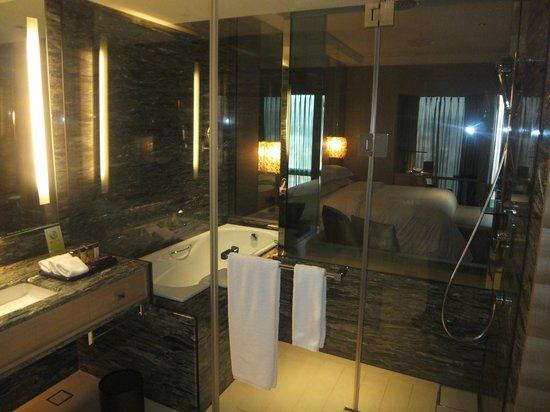 Sheraton Hsinchu Hotel: 浴室から部屋が見える(ブラインドあり)