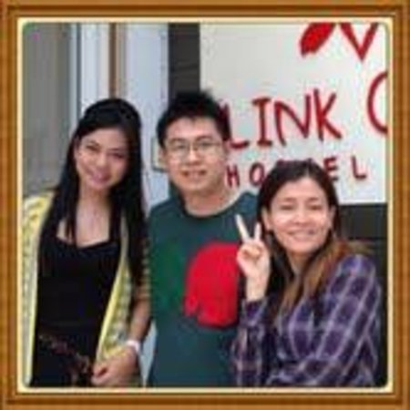 Link Corner Hostel Bangkok: The friendly staffs of Link Corner Hostel, Ms Che and Ms Moni