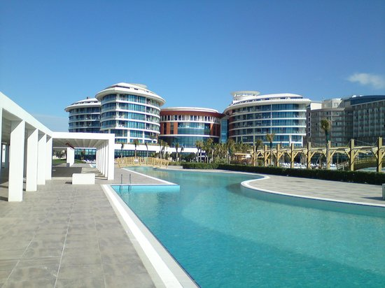 Baia Lara Hotel: Great view of the hotel from end of the pool