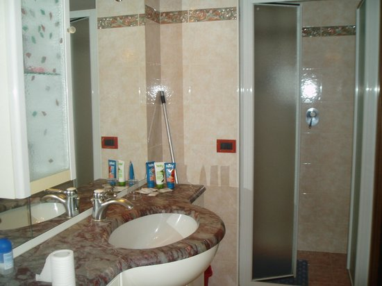 Hotel Caneva: baño